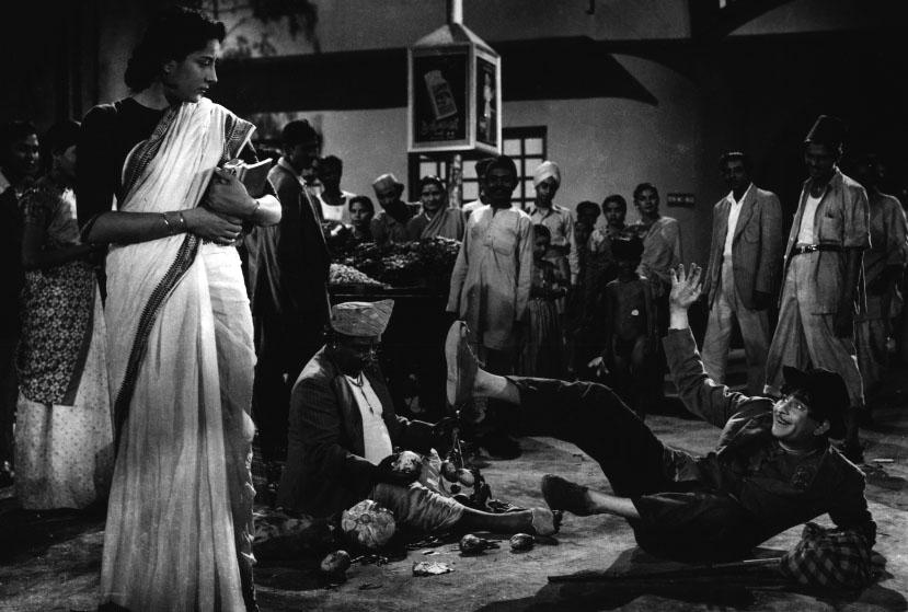 Raj Kapoor im Staube vor Nargis