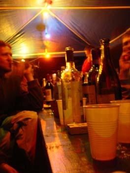 Im Zelt feiern die Menschen mit leeren Flaschen